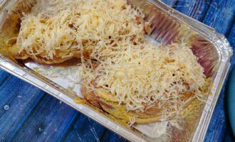 Шаг 5: Натрите сыр на мелкой терке, и посыпьте сверху.