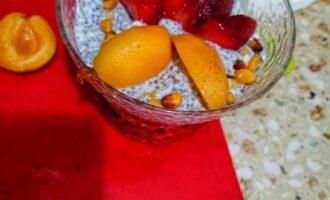 Шаг 4: Добавьте нарезанные фрукты и ягоды, орех. Выложите оставшуюся часть массы.