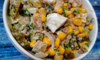 Кукурузный салат с тунцом и солеными огурцами