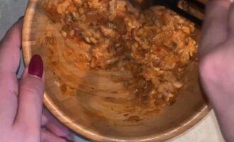 Шаг 8: Смешайте мясную начинку и отваренный рис.