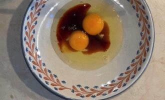 Шаг 6: Яйца и соевый соус взбейте вилкой или венчиком.