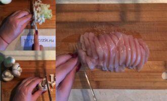 Шаг 3: Куриную грудку, шампиньоны и лук мелко нарежьте перед обжаркой.