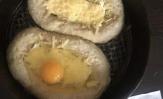 Шаг 8: Если вы любите целое яйцо в хачапури, то влейте его на данном этапе приготовления и верните в духовку ещё на 20 минут.